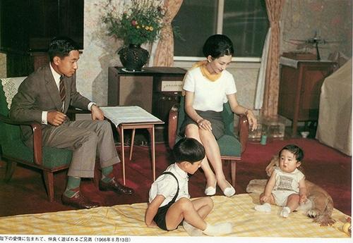 """Đôi khi nhữngbộ đồ của bà Michiko cũng có màu sắc khá """"mix & match"""" với các thành viên trong gia đình."""