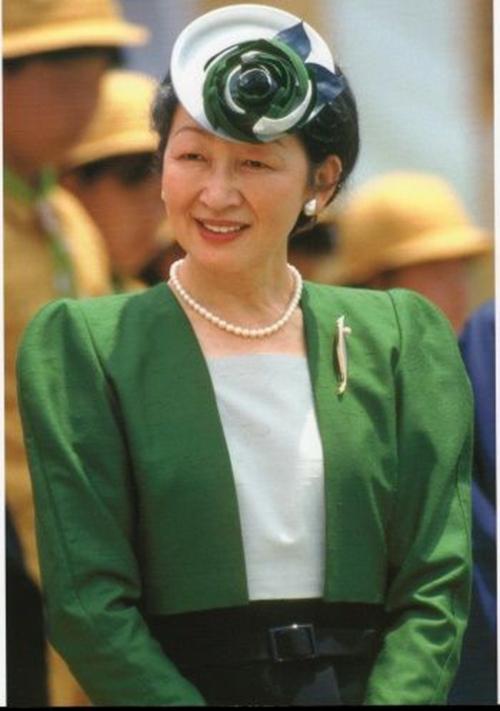 Ở tuổi trung niên, hoàng hậu Michiko vẫn giữ được nhan sắc phúc hậu với néthiền từ, đằm thắm.