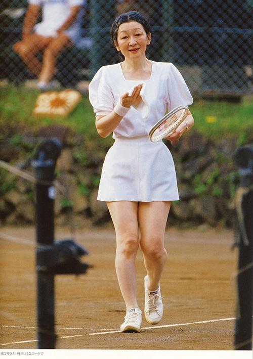 Trang phục tennis của bà cũng vô cùng đoan trang và năng động.
