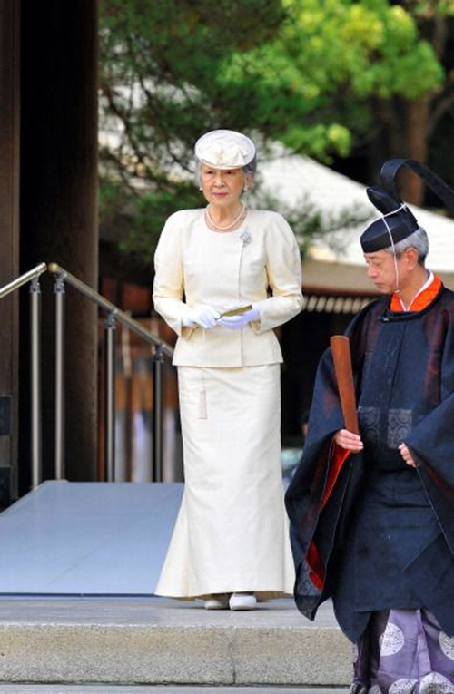Ở tuổi 80, hoàng hậu Nhật Bản vẫn chọn những bộ đồ thanh lịch, trang trọng, phù hợp với các nghi lễ ngoại giao.