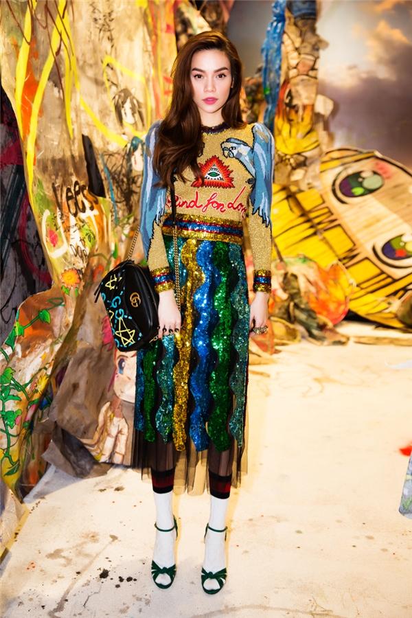 Bên cạnh dự sự kiện, Hồ Ngọc Hà cũng dành thời gian chụp hình quảng bá cho bộ sưu tập mới nhất của nhãn hàng Gucci dành cho năm 2017.