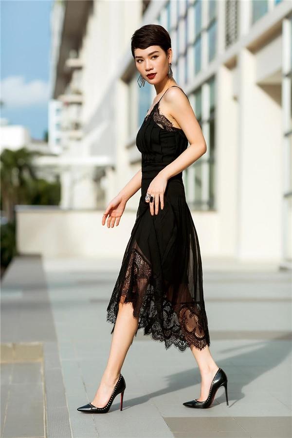 Không chỉ khoe khéo vóc dáng mảnh mai với loạt trang phục như: đầm giả vest, váy phá cách khoe vai trần hay đơn giản là đầm suông haidây nữ tính...,Trà My Idol còn thu hút sự chú ý bởi nhan sắc xinh đẹp và quyến rũ ở mọi góc nhìn.