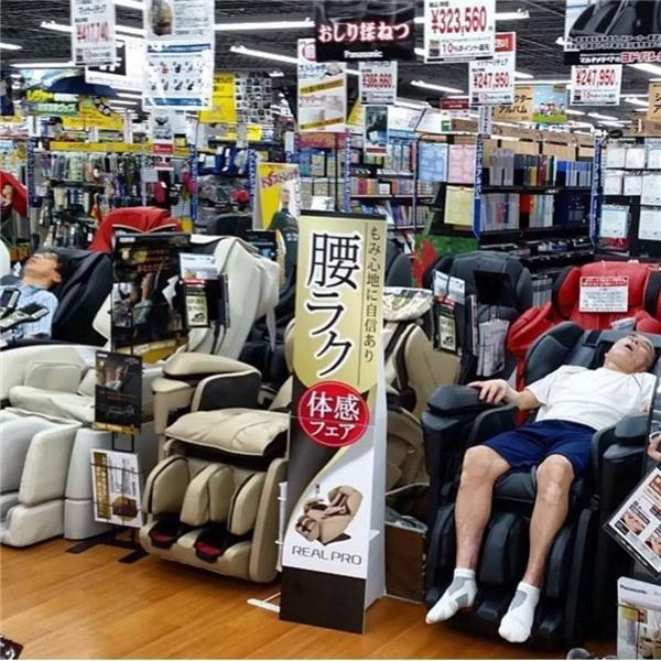 Còn gì hạnh phúc bằng việc người yêu thích muasắm trong trung tâm có máy mát-xa miễn phí.