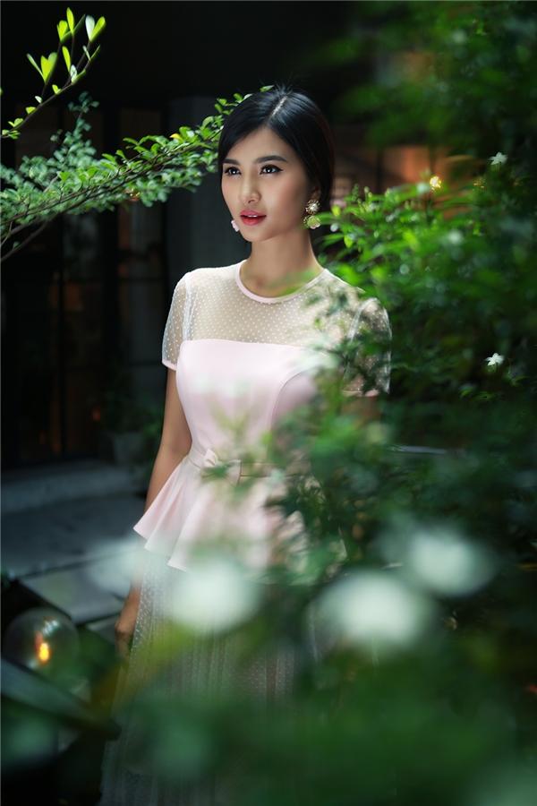 Kim Tuyến trẻ trung với tông hồng thạch anh ngọt ngào kết hợp kiểu váy xòe kết hợp chi tiết peplum mang đậm tinh thần cổ điển.
