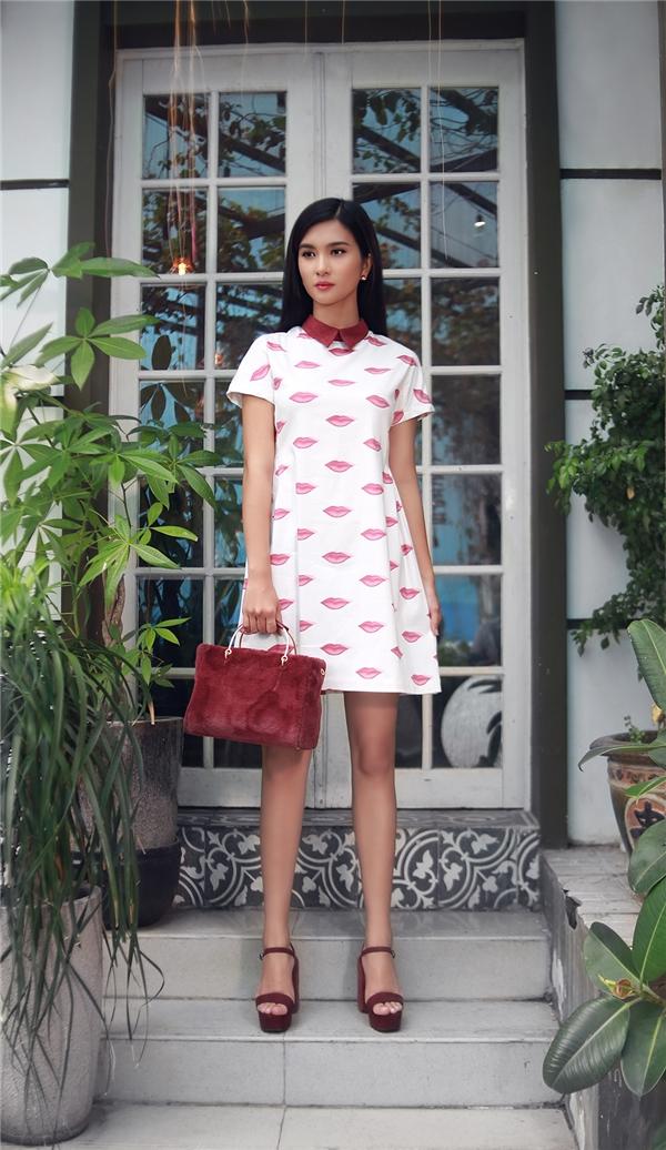 Những dáng váy suông rộng in họa tiết cũng là lựa chọn hàng đầu khi tiết trời vào thu bởi vẻ ngoài thanh lịch. Những phụ kiện đi kèm như túi, ví, giày đều được bà mẹ một con kết hợp hài hòa với trang phục.