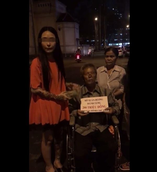 Hình ảnh H.X.Htrao tiền từ thiện chogia đình chúNămngay giữa đường phốSài Gòn. (Ảnh: Cắt clip)