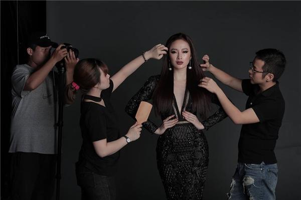 Ngoài ra, nữ diễn viên Angela Phương Trinh cũng là gương mặt được Chung Thanh Phong gửi gắm để thể hiện tinh thần bộ sưu tập này.