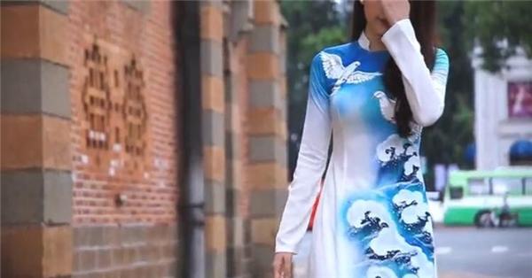 Ở đoạn đầu video clip, Nam Em xuất hiện nền nã với tà áo dài trắng in họa tiết chim bồ câu, sóng biển với sắc xanh trẻ trung.