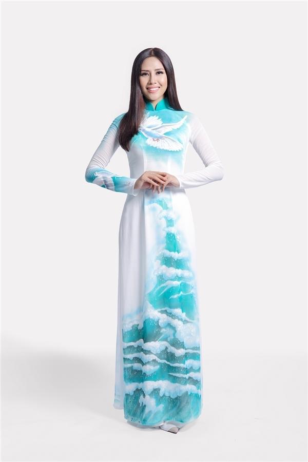 Chiếc áo dài của Thuận Việt cũng được Nguyễn Thị Loan diện trong video clip truyền tải thông điệp hòa bình gửi đến Hoa hậu Hòa bình Thế giới 2016.