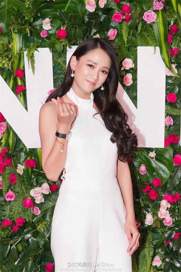 Lễ trao giải Star Show năm ngoái Trần Kiều Ân vui vẻ tham dự cùng Kiều Nhậm Lương, nhưng Star Showngày13/10 vừa quacô buồn bã tham dự một mình.