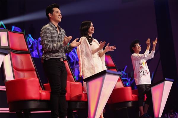 Đông Nhi - Ông Cao Thắng đứng lên vỗ tay sau phần biểu diễn của hai học trò cưng. - Tin sao Viet - Tin tuc sao Viet - Scandal sao Viet - Tin tuc cua Sao - Tin cua Sao