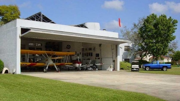 Sửng sốt trước một thị trấn mà hầu như mỗi nhà đều có... máy bay riêng
