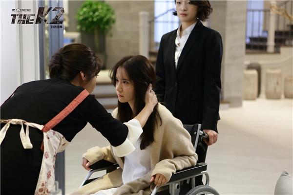"""Yoona cùng """"mẹ kế"""" khoe chân dài quyến rũ trong hậu trường"""