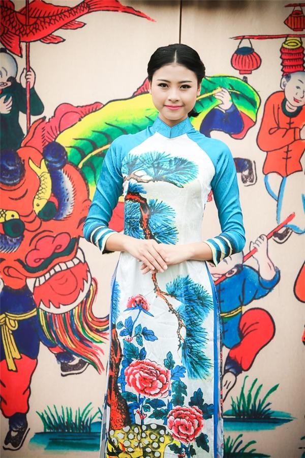 """""""Bản sao Hà Tăng"""" rạng rỡ diện áo dài do Hoa hậu Ngọc Hân thiết kế"""
