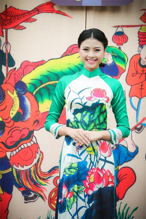 Top 5 Hoa hậu Việt Nam 2016 Đào Thị Hà nền nã, nhẹ nhàngtrong chiếc áo dài truyền thống.