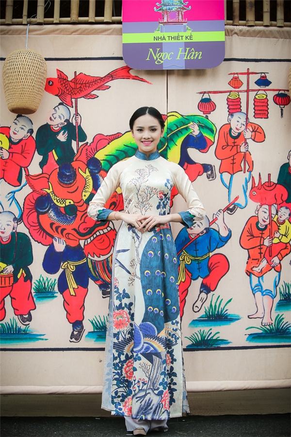 Người đẹp Tố Như xinh đẹp trong tà áo dài của Hoa hậu Ngọc Hân thiết kế.