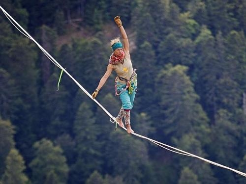 Choáng trước màn tập Yoga trên dây giữa vách núi của cô gái 24 tuổi