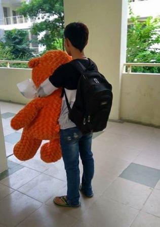 Chàng trai đi theo cô gái lên tận tầng 4 để tặng gấu bông và hoa.