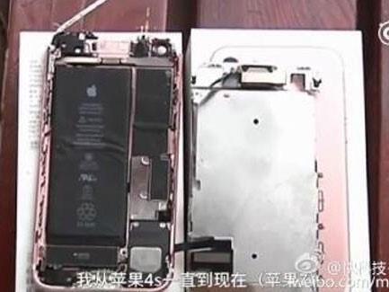 Chiếc iPhone 7phát nổ khiếnmàn hình điện thoại bị bung rời khỏi khung nhôm, phần thân máy tách rời làm đôi.