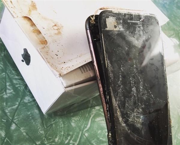 Nối bước Galaxy Note7, iPhone 7 phát nổ khiến người đàn ông bỏng mặt