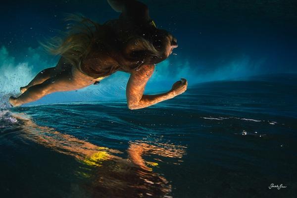 Cô gái này đang bơi dưới nước hay đang phóng lên khỏi mặt nước đây? (Ảnh: Internet)