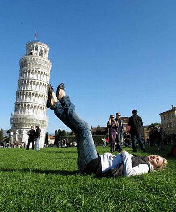 Cô gái này...à không, bất kì ai qua lăng kính cũng có thể đỡ cả tháp nghiêng. (Ảnh: Internet)
