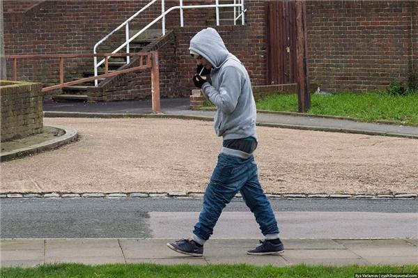 """Một nam thanh niên khác đangdiện """"streetstyle"""" quần tụt xuống phố."""