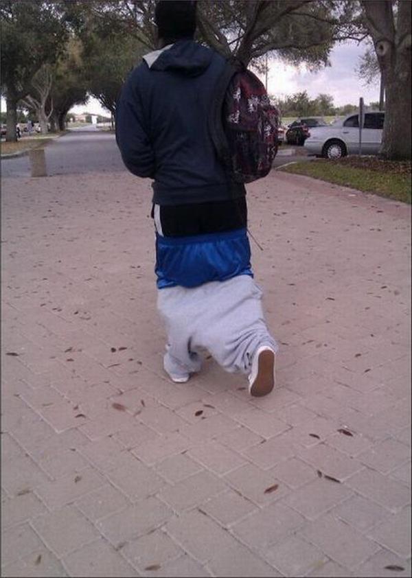 Rốt cuộc thì anh bạn này mặc tổng cộng bao nhiêu lớp quần... tụtvậy nhỉ?