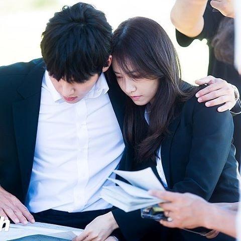 Nhưng trước khi có được màn hôn lãng mạn này, 2 diễn viên trẻ ôn lại kịch bản.
