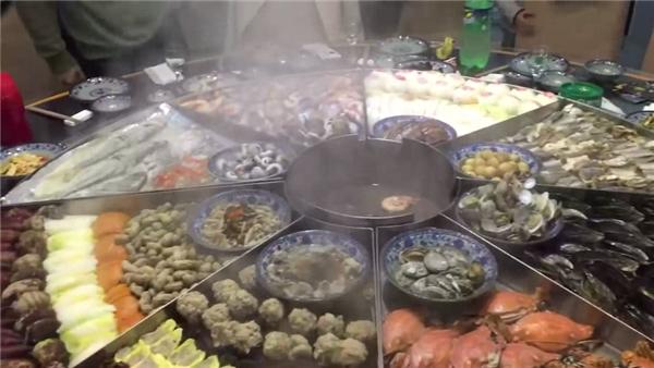 Bàn tiệc hải sản khổng lồ hết sức bắt mắt.
