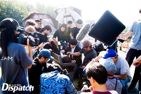 Trang Dispatch mới đây tiết lộ ảnh hậu trường cảnh quay không hề lãng mạn như trong phim. Yoona và Ji Chang Wook bị vây quanh bởi ê-kíp đông đúc.
