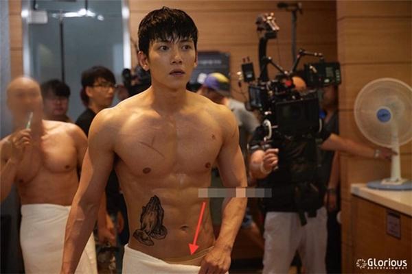 Tuy nhiên, người hâm mộ đã chỉ ra khi thực hiện cảnh đấu võ, Ji Chang Wook đã được mặc quần bảo hộ màu da.
