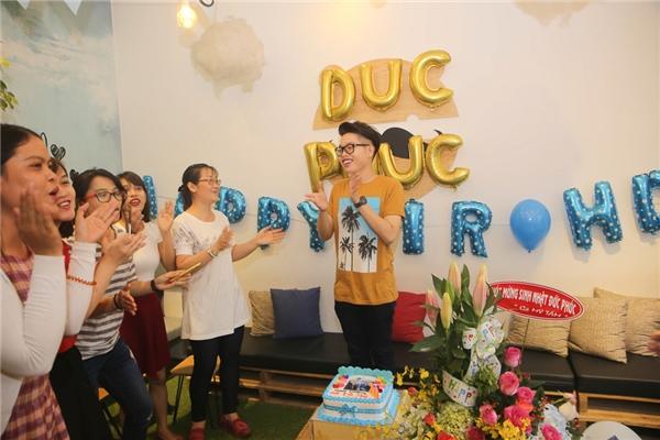 Bên cạnh những lời chúc mừng sinh nhật dành tặng cho Đức Phúc, những người yêu mến còn dành tặng anh món quà sinh nhật với bánh, hoa và trang trí nơi tổ chức thật đặc biệt. - Tin sao Viet - Tin tuc sao Viet - Scandal sao Viet - Tin tuc cua Sao - Tin cua Sao