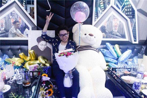 Trước đó, nam ca sĩ cũng được fans tổ chức sinh nhật ở một quán karaoke - Tin sao Viet - Tin tuc sao Viet - Scandal sao Viet - Tin tuc cua Sao - Tin cua Sao