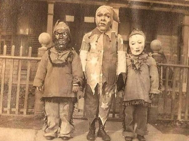 Hãy tưởng tượng đến cảnh trời đang nhá nhem tối, bạn nghe thấy tiếng gõ cửa, bước ra mở cửa thì trông thấy ba ông thần này đứng sẵn đó.