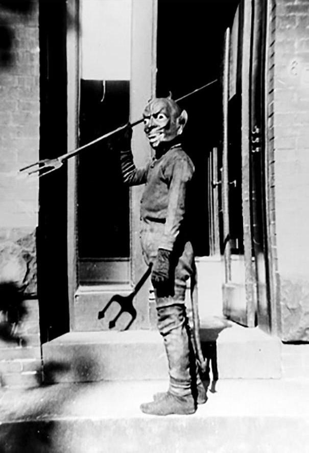 Halloween, dịp duy nhất mà bạn không sợ tụi giang hồ trong xóm bắt nạt.