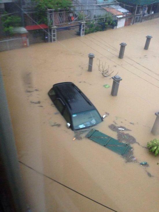 Hằng trăm chiếc xe chìm trong trận lũ ở Quảng Ninh năm 2015.
