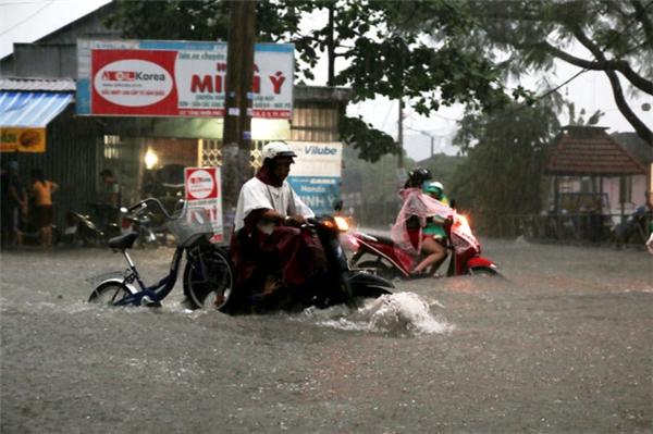 Sài Gòn ngập sâu do mưa lớn và triều cường vào chiều cuối tuần