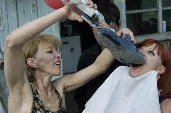 Uống là một chuyện, nhưng uống bằng cách nào mới là vấn đề nan giải.