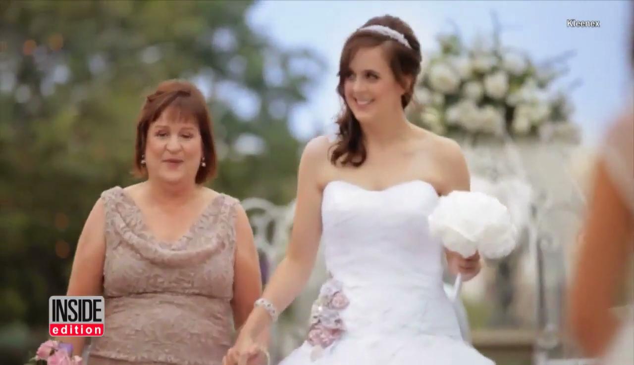 Kaleyhạnh phúc nắm tay mẹ bước lên xe bí ngô để đến nơi cử hành hôn lễ. (Ảnh: Internet)