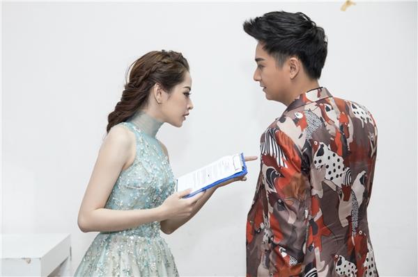 Do đã được trang điểm sẵn ở nhà, Chi Pu có khá nhiều thời gian để tập luyện, chỉnh sửa kịch bản MC trước khi lên sóng.