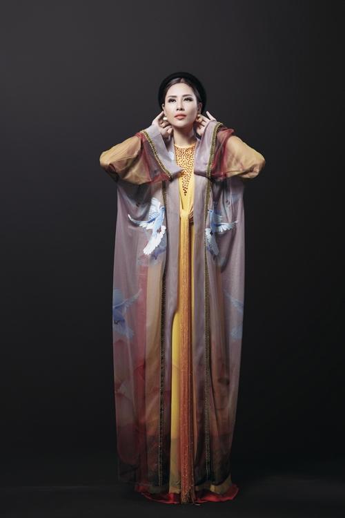 Thiết kế lấy dáng áo tứ thân truyền thống làm chủ đạo kết hợp chi tiết tua rua cách điệu hiện đại. Trang phục được thực hiện chủ yếu bằng chất liệu tơ tằm.