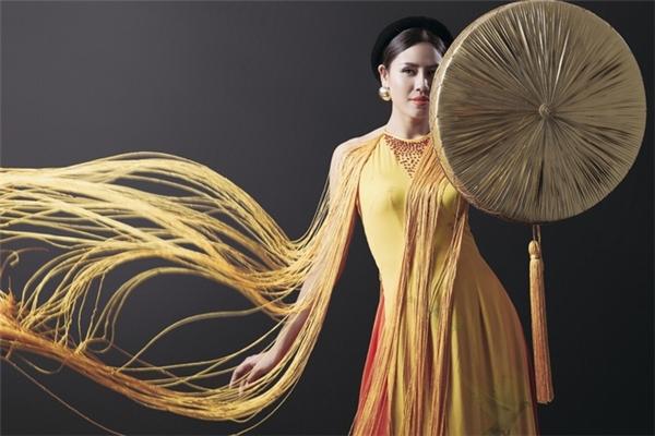 Trên áo khoác, nhà thiết kế Vũ Việt Hà khéo léo lồng ghép họa tiết hoa sen mang đậm dấu ấn truyền thống của Việt Nam cùng hình ảnh chim bồ câu mang ý nghĩa về hòa bình, tự do.