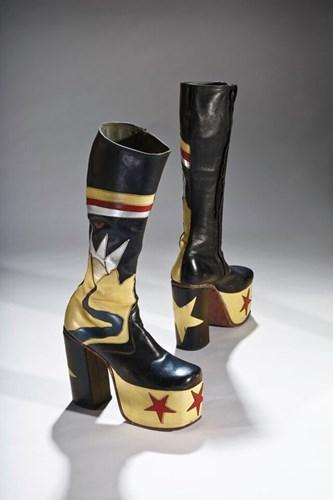 Đôi giày cao 14 cm được thiết kế bởi Master John theo phong cách của những ngôi sao nhạc rock. Đặc biệt, nam giới của những năm 1970 lại rất nhiều người theo đuổi phong cách này.