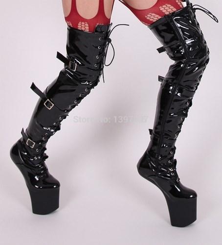 Giày boots móng ngựa hiện đại.