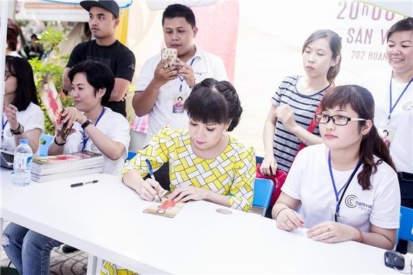 Chồng của nghệ sĩ Việt Hương – nhạc sĩ Hoài Phương sẽ đảm nhận vai trò giám đốc âm nhạc. Trong liveshow này, Việt Hương sẽ hợp tác cùng các diễn viên trẻ. - Tin sao Viet - Tin tuc sao Viet - Scandal sao Viet - Tin tuc cua Sao - Tin cua Sao