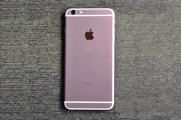 """Khách hàng bàng hoàng khi """"đập hộp"""" iphone 6s Plus thấy bên trong toàn đá."""