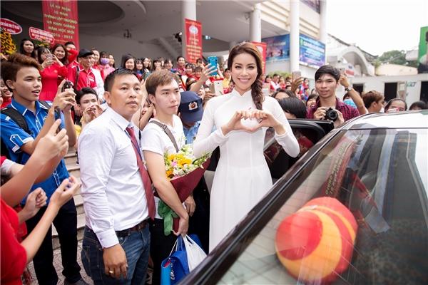 Đặc biệt, nhiều ngườihâm mộ cũng đã cùng Phạm Hương đến tham dự buổi lễ đầy ý nghĩa này. - Tin sao Viet - Tin tuc sao Viet - Scandal sao Viet - Tin tuc cua Sao - Tin cua Sao