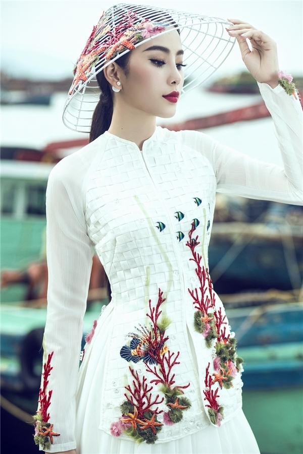 Chiếc áo bà ba được may bằng vải the với cách xử lí đan lát, một phương pháp của làng nghề thủ công đặc trưng của người dân đồng bằng sông Cửu Long.
