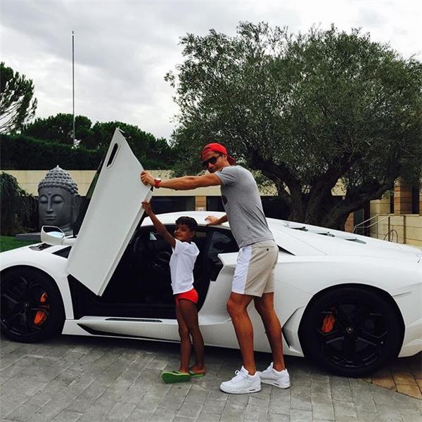 Anh cũng còn một chiếc Lamborghini Aventadorkhác màu trắng.
